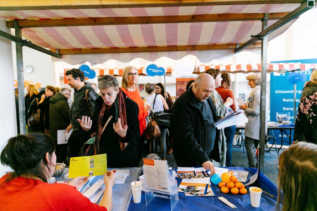 participatiemarkt-haarlem-2019-marktkraam-met-bezoekers-MR